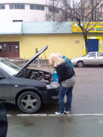 Две блондинки и машина